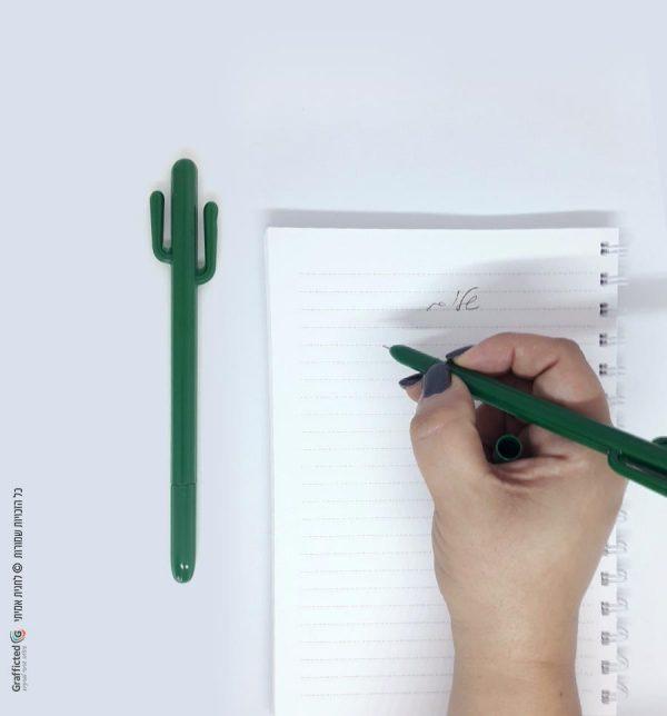 עט-קקטוס-ירוק-דשא